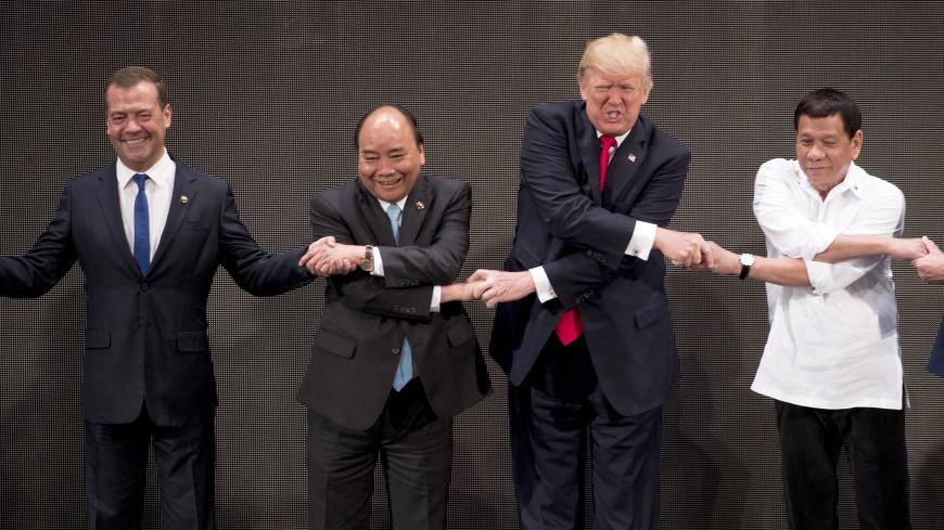 Обычное рукопожатие наоткрытии саммита вМаниле застало врасплох Трампа иМедведева