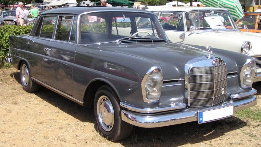 На раритетный Mercedes W111 установили мощный мотор от AMG