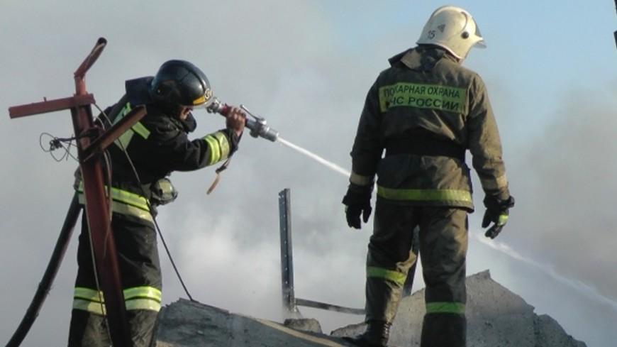 Детский парк эвакуируют из-за пожара нацокольном этаже жилого дома встолице