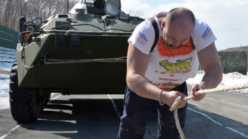 Силач Иван Савкин отбуксировал натри метра пятитонное судно