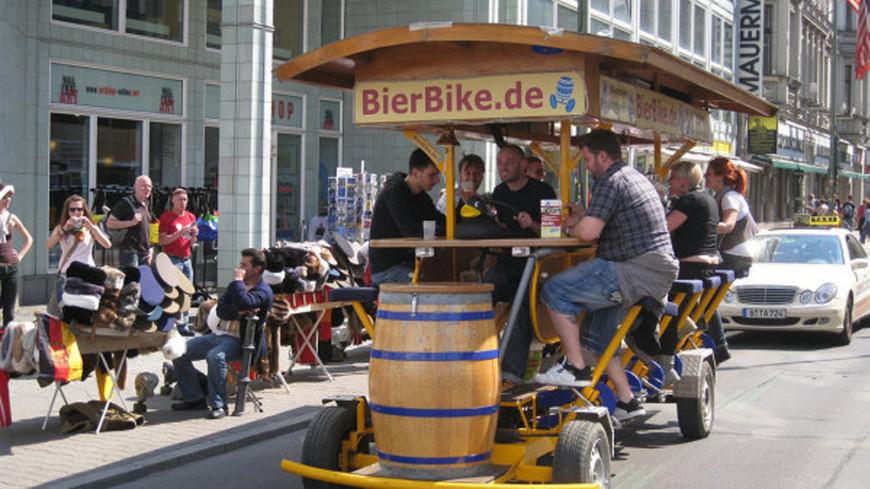 В Амстердаме запретили популярные у туристов «пивные велосипеды»