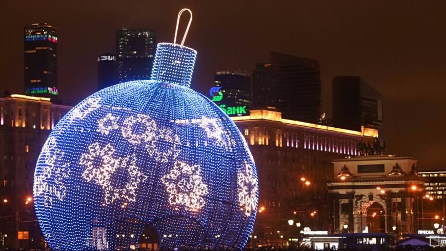 Огромный елочный шар-танцплощадку устанавливают наПоклонной