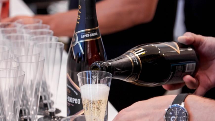 СМИ: К ЧМ по футболу в Россию ввезут беспошлинное элитное шампанское