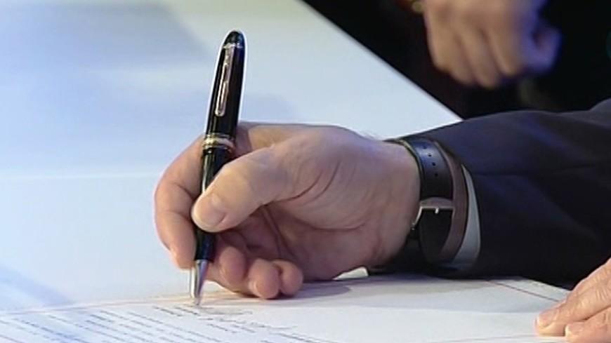 """Скриншот: """"«МИР 24»"""":http://mir24.tv/, экономика, договор, подписание договора, подпись, рука, бизнес"""