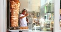 Приманка для туристов и культ: Милонов вступился за петербургскую шаверму