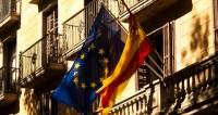В Каталонии снимают испанские флаги