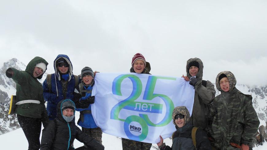 Альпинисты развернули флаг «Мира» на пике Учителя