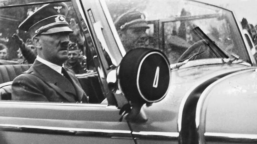 Накартину Гитлера набросились сотверткой икриками «Сволочь!»