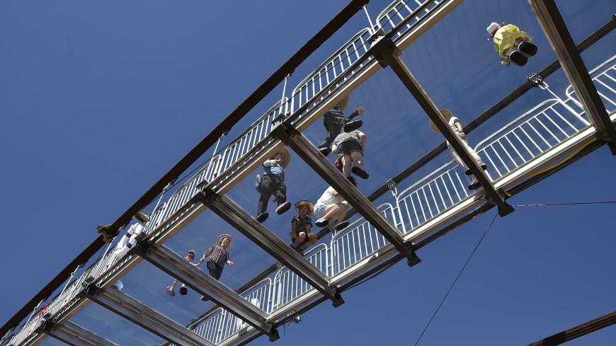 В КНР вовремя экскурсии под ногами туристов затрещал стеклянный мост