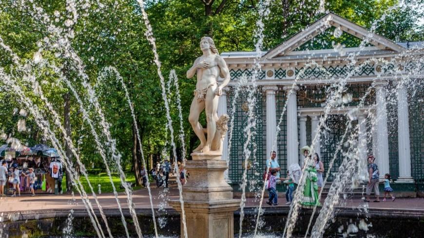 От бала до парада физкультурников: в Петергофе показали жизнь дворцов