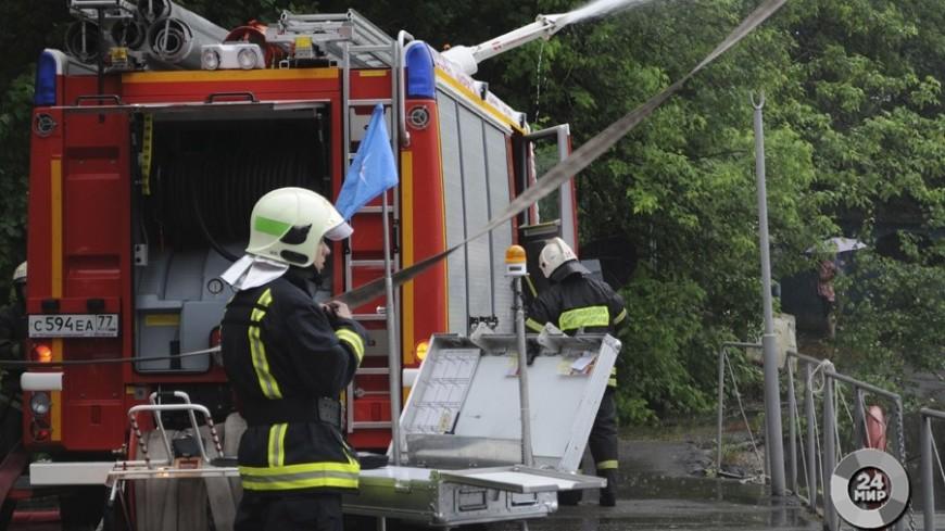 ВРостовской области гасят пожар нахозяйственном рынке искладе бытовой химии