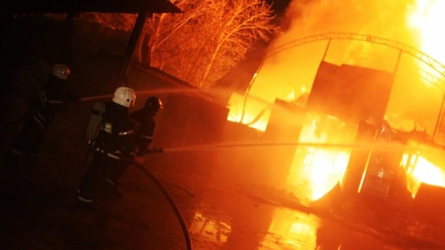 Пожар на складе в Волгограде: огонь может перекинуться на жилые дома