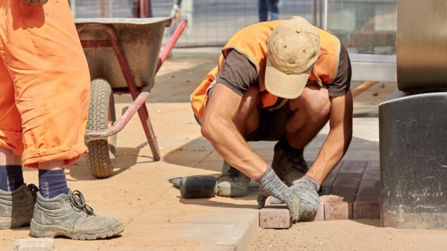 """Фото: Дмитрий Белицкий (МТРК «Мир») """"«Мир 24»"""":http://mir24.tv/, брусчатка, гасторбайтеры, гастарбайтер, гастарбайтеры, ремонт, люди, работа"""