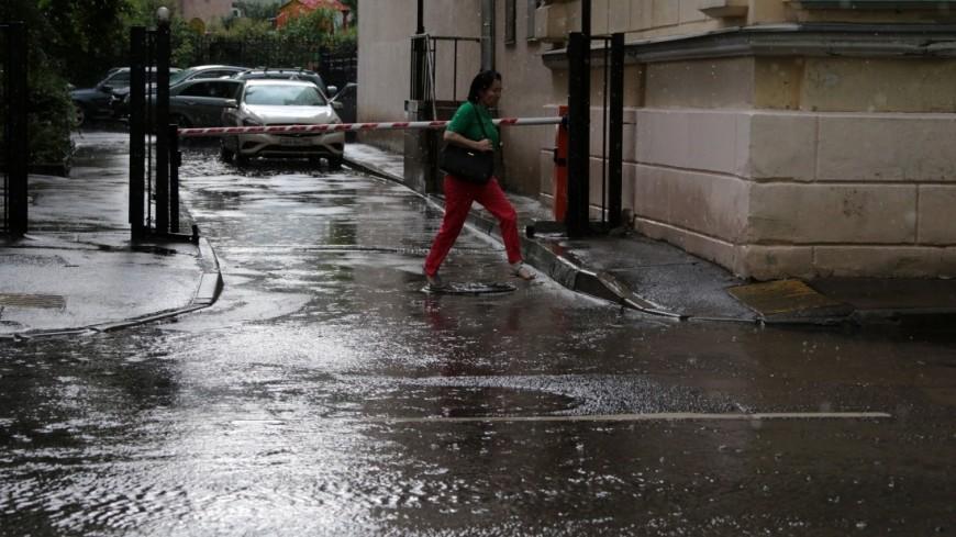 Сильный ливень парализовал движение в Риге