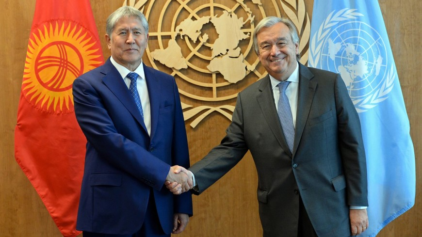Атамбаев вручил генсеку ООН орден «Достук»