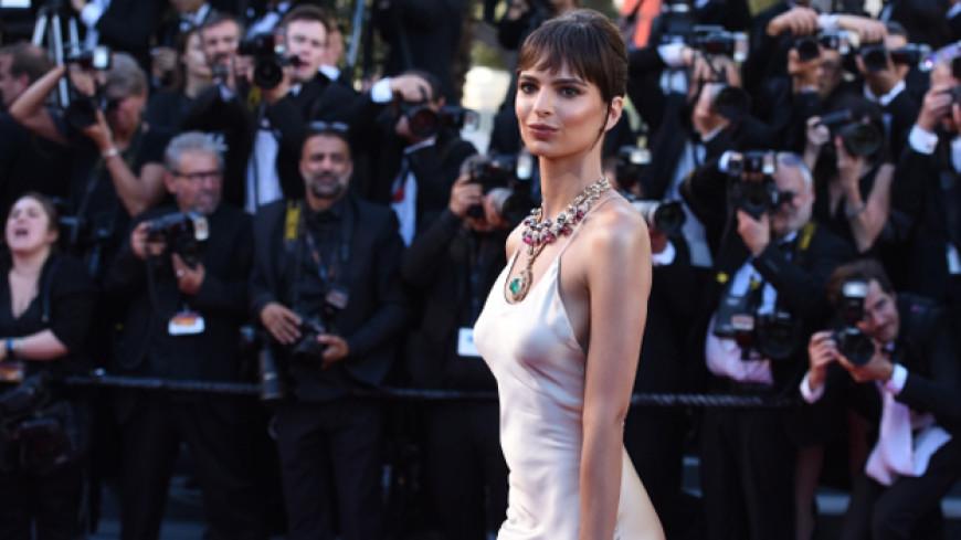 Эмили Ратаковски раскритиковала журнал из-за фотошопа ее губ и груди