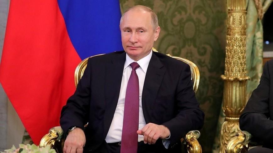 Путин подарил петербуржской школьнице гитару
