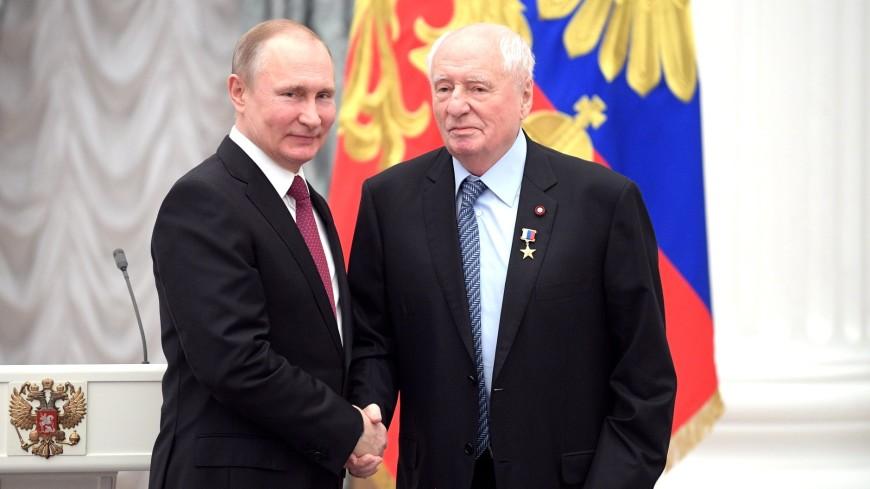 Путин на церемонии в Кремле вручил медали пятерым Героям Труда
