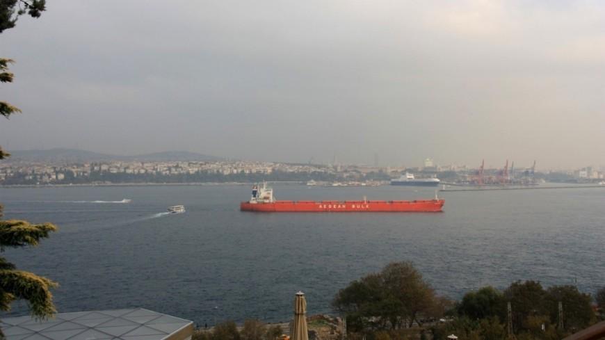 В Стамбуле танкер с нефтью для Украины врезался в здание XVIII века