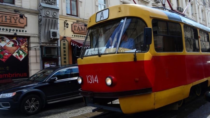 В Петербурге сошел с рельсов и рассыпался трамвай