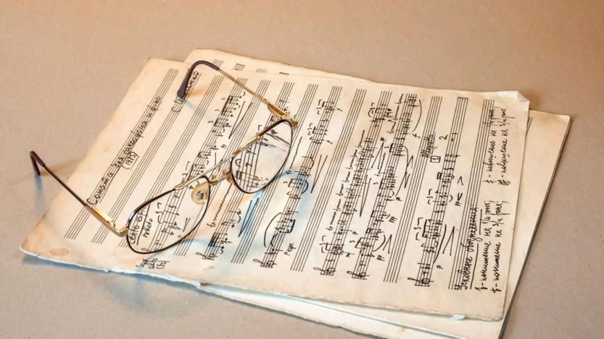 Ноты,ноты, очки, музыка, композитор, автор, ,ноты, очки, музыка, композитор, автор,