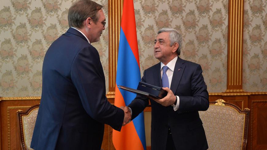 Президент Армении вручил орден Дружбы бывшему послу России