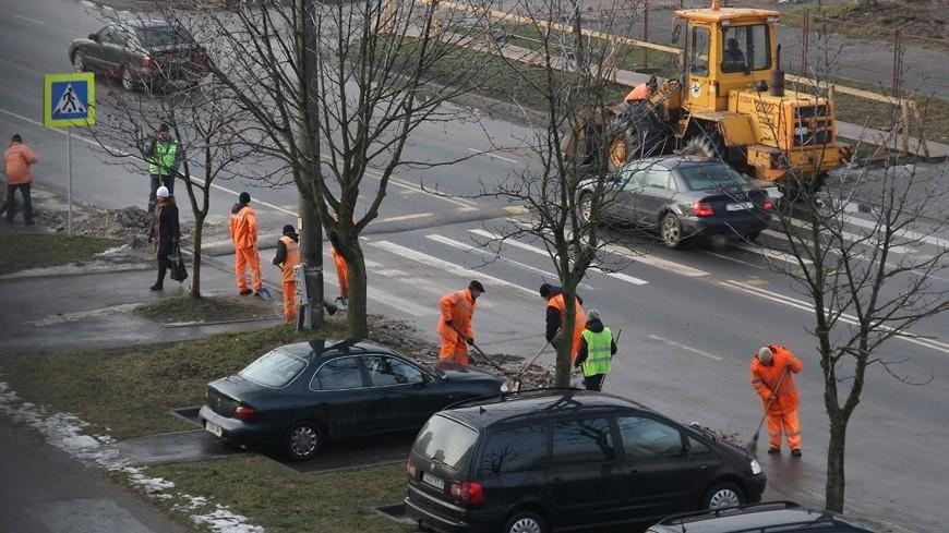 """Фото: Евгений Жуков, """"«МИР 24»"""":http://mir24.tv/, коммунальные службы, уборка улиц, дорожные работы, дорога, дворник, мигранты, уборка, мытье улиц, уборочная техника"""