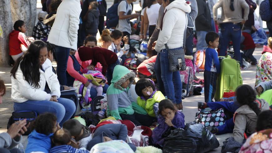 Караван мигрантов осадил границу США, требуя убежища