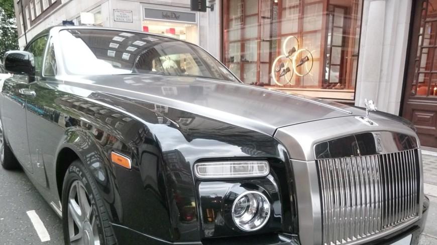 В центре Москвы с парковки угнали две элитные иномарки