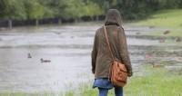 Москва в буквальном смысле поплыла из-за сильных дождей. На город обрушилась ливневая стена - такого, по данным синоптиков, не было уже 130 лет. ,дождь, ливень, лужа, погода, девушка, сумка, куртка, капюшон, ,дождь, ливень, лужа, погода, девушка, сумка, куртка, капюшон,