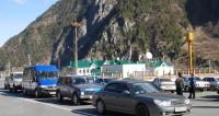 Пробка у «Верхнего Ларса» не уменьшается: таможенников вернули из отпусков
