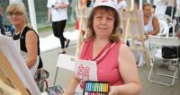 Московских пенсионеров учат рисовать под открытым небом