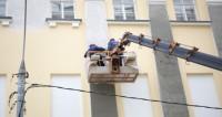 Реконструкция одного из зданий на улице Петровка,реконструкция, ремонт здания, рабочий, строитель, здание, автомобиль-вышка, строительная люлька, высотник,реконструкция, ремонт здания, рабочий, строитель, здание, автомобиль-вышка, строительная люлька, высотник