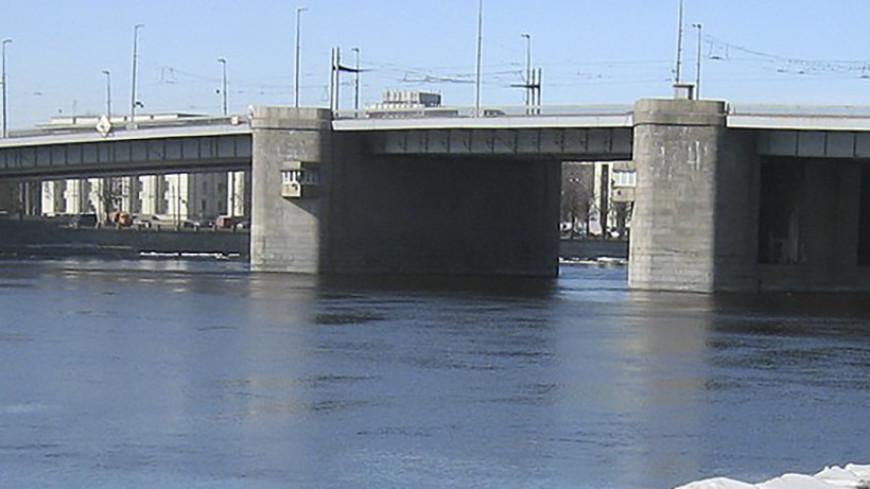 Слишком тяжелый асфальт? Что стало причиной ЧП на мосту в Петербурге