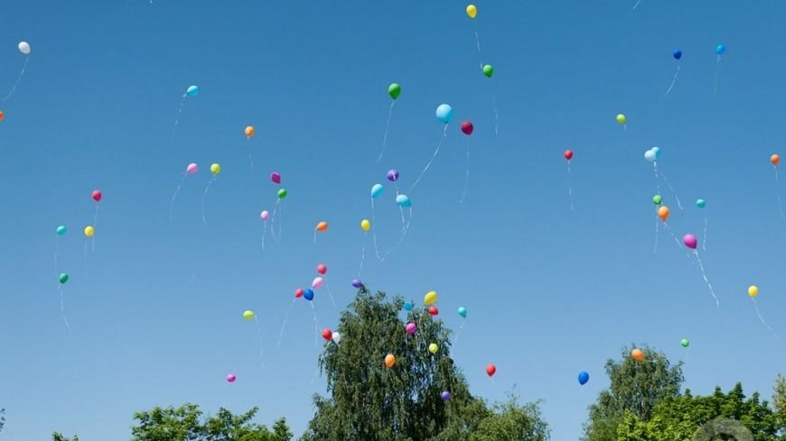 """Фото: Анна Тимошенко, """"«МИР 24»"""":http://mir24.tv/, воздушный шар, школа, последний звонок, дети, праздник"""