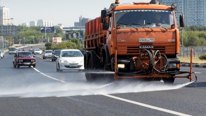 """Фото: Татьяна Константинова, """"«Мир 24»"""":http://mir24.tv/, коммунальные службы, мытье улиц, поливалка, уборка улиц, уборка, уборочная техника"""