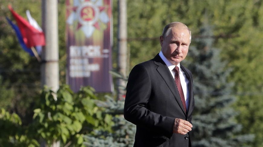 Путин возложил цветы к памятнику погибшим морякам подлодки «Курск»
