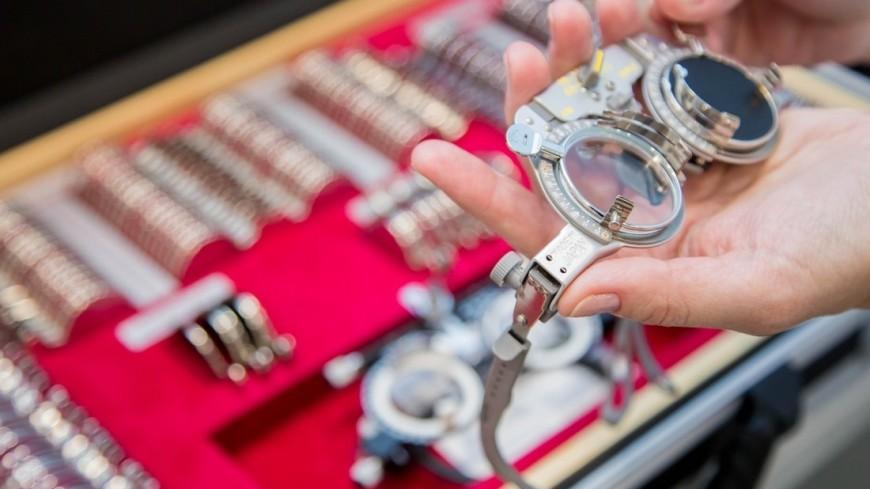 """Фото: Дмитрий Белицкий (МТРК «Мир») """"«Мир 24»"""":http://mir24.tv/, очки для проверки зрения, больница, врач, врачи, обследование, доктор, лаборатория, медицина, медицинская помощь, болезнь, окулист, офтальмолог, проверка зрения, аппарат для проверки зрения, таблица для проверки зрения, зрение, таблица сивцева, офтальмология"""