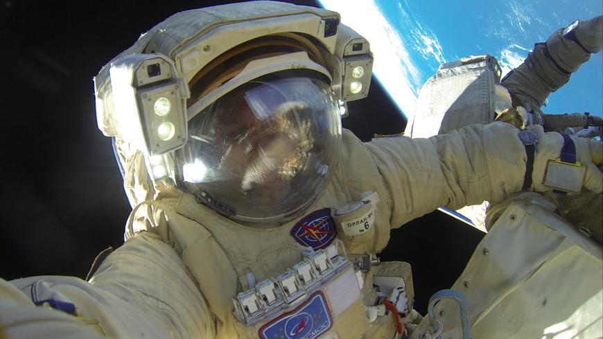Российские члены экипажа МКС испытают новейший скафандр