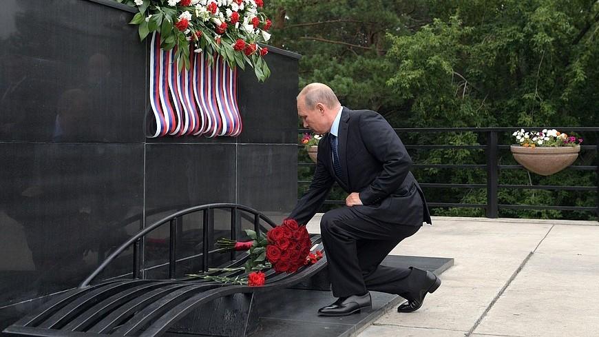 Путин возложил цветы к монументу «Память шахтерам Кузбасса»