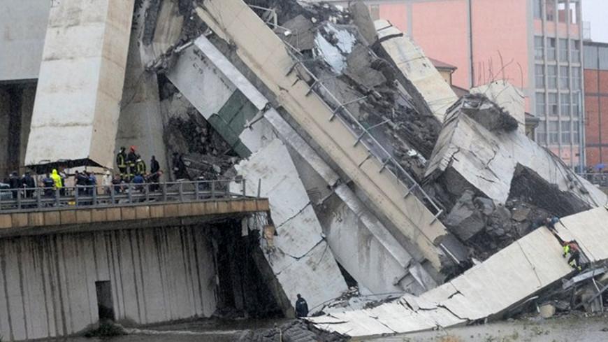 На месте обрушения моста в Генуе работают кинологи
