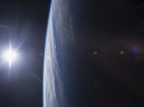 На снимках NASA заметили похожий на ангела НЛО