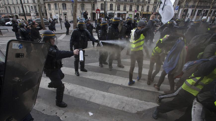 Против «желтых жилетов» применили газ в центре Парижа