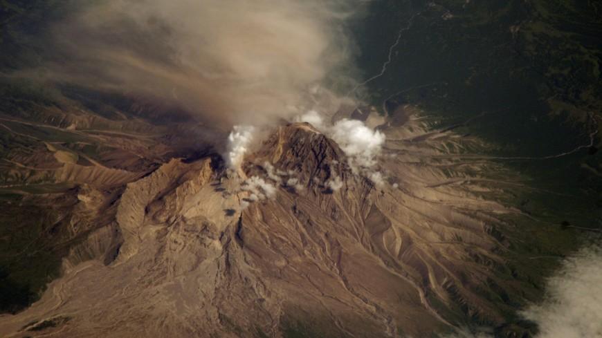 Вулкан Шивелуч на Камчатке выбросил столб пепла на высоту 7 км