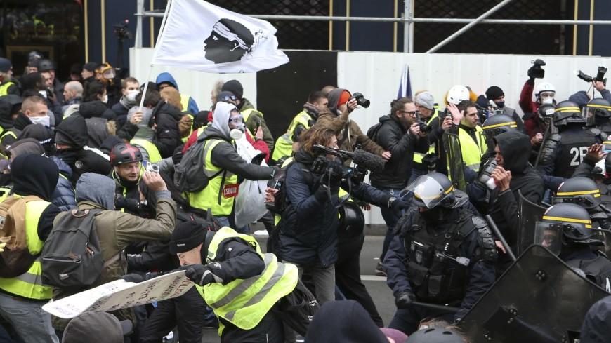 В Париже к «желтым жилетам» присоединились «красные кофты»