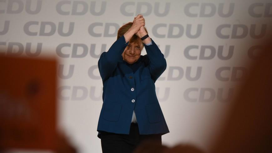 За грамотное руководство: на съезде ХДС Меркель подарили дирижерскую палочку