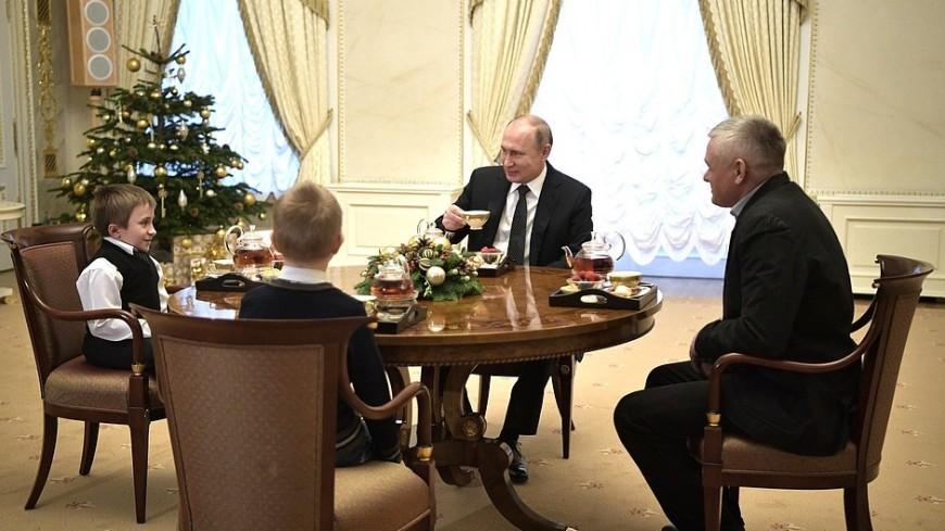 Путин встретился с мальчиком, мечтающим полетать на вертолете над Петербургом