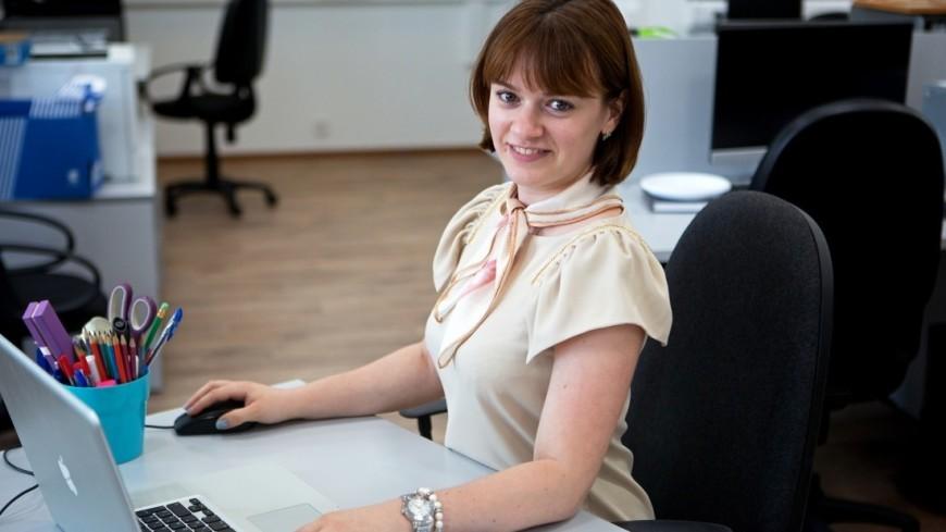 """Фото: Алан Кациев (МТРК «Мир») """"«Мир 24»"""":http://mir24.tv/, сотрудник, офис, кабинет, работа, телефон, компьютер, труд, клавиатура, офисная работа, рабочее место"""
