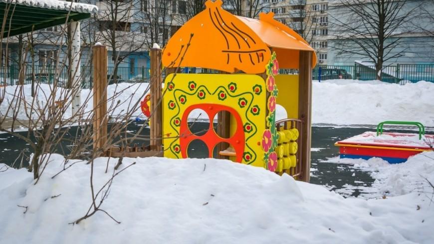 Зима в городе (снег, сугроб, холод, мороз, детская площадка, дети)