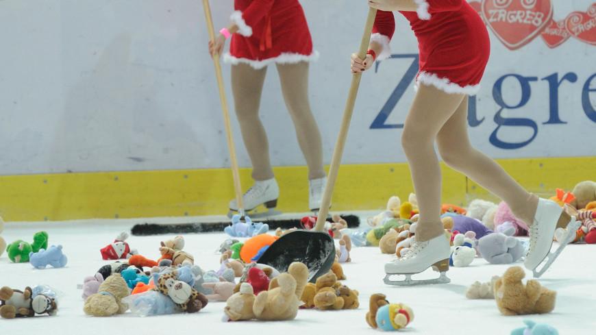 Хоккейные болельщики завалили лед детскими игрушками (ВИДЕО)